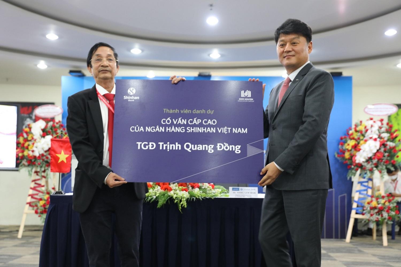 Đại diện Ngân hàng Shinhan trao tăng chứng nhận cố vấn cấp cao cho TGĐ KNE Trịnh Quang Đồng