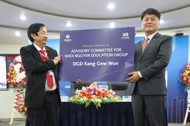 Đại diện KNE trao tăng chứng nhận thành viên danh dự cho DGD Kang Gew Won - Ngân hàng Shinhan